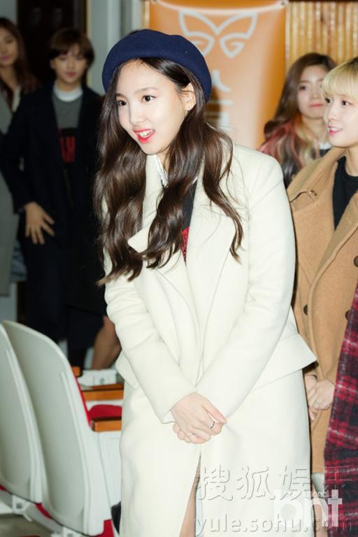 ,韩国女子组合TWICE成员和JYP娱乐公司代表朴振荣出席在京畿道