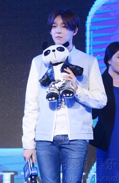 ...日前,韩国人气组合WINNER成员南太铉、宋闵浩在北京出席某品牌...