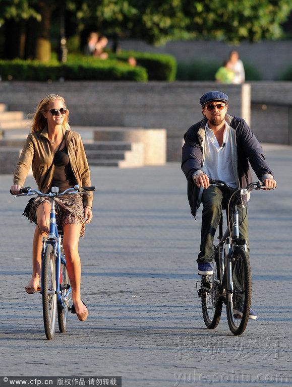 外出约会.二人骑着自行车回忆青葱岁月,吹风大玩浪漫.-莱昂纳图片