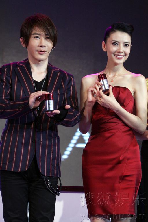 高圆圆与魔术师刘谦在京携手出席某知名护肤品的新品上市发布会.图片