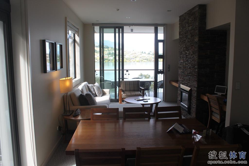 里斯酒店是一家高端五星级酒店,地处环境优美的瓦卡蒂普湖滨,揽尽