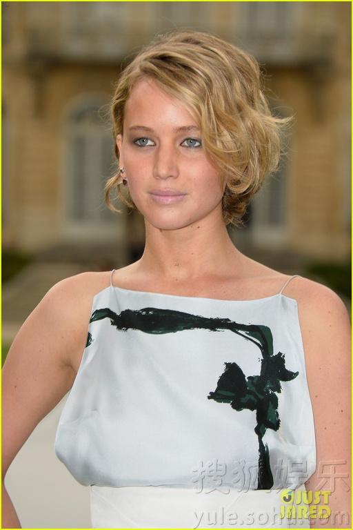 昂、章子怡现身巴黎,出席某品牌高定时装秀.艾玛回眸浅笑,大表