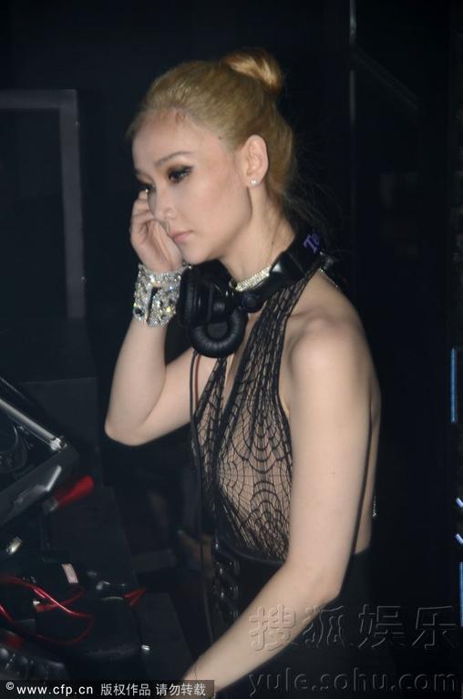 邀请美女DJ驻场,只见,身着性感的DJ忙碌的调试着,蹲地小秀豪