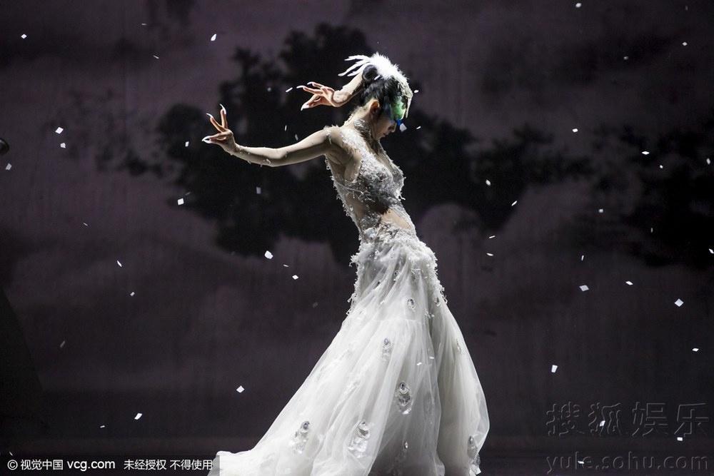 """2月4日下午,舞蹈《孔雀》上演. 杨丽萍婀娜曼妙演绎""""孔雀""""虐"""