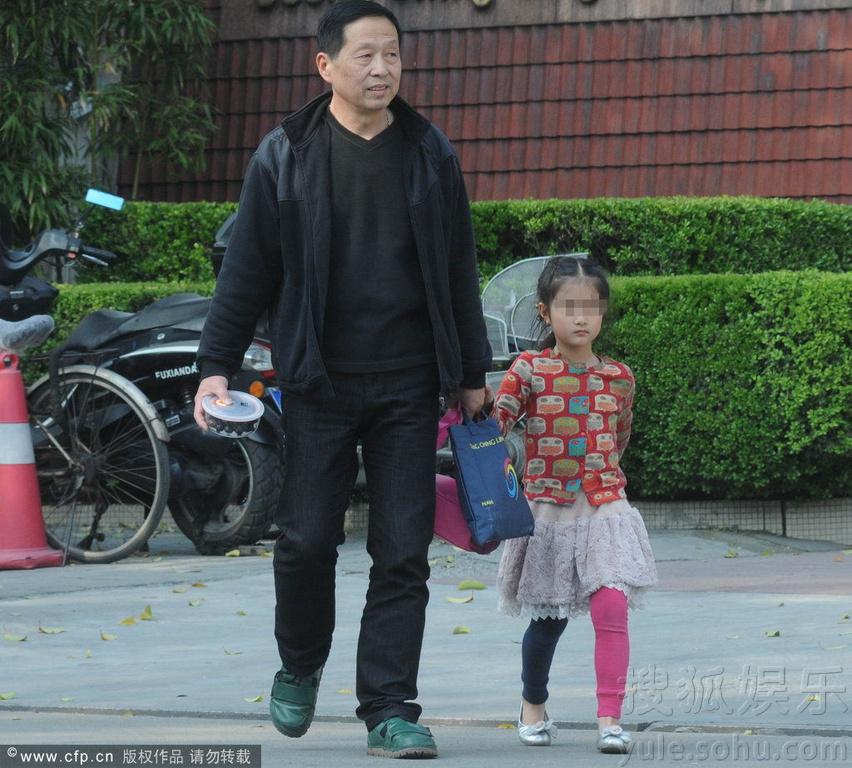 伊琍走出面包店回家,而接女儿放学的任务则交由外公完成.-马伊琍