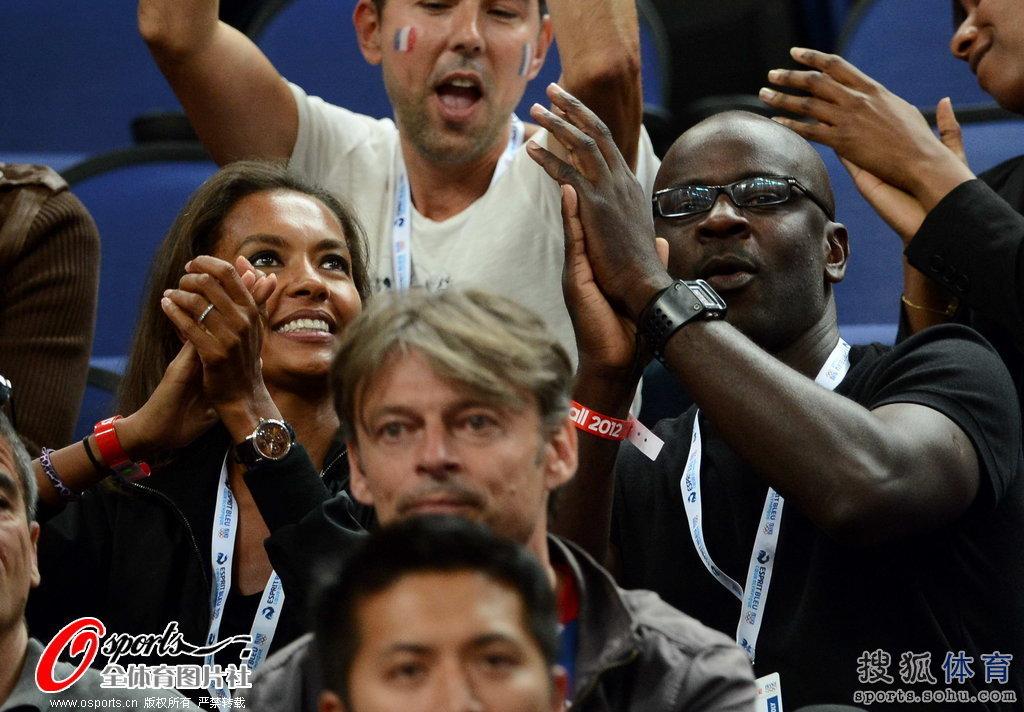 高清图 女篮决赛美胜法 图拉姆于场边加油助威
