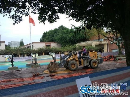 高清图 成都一学校拆除塑胶跑道 恢复水泥操场