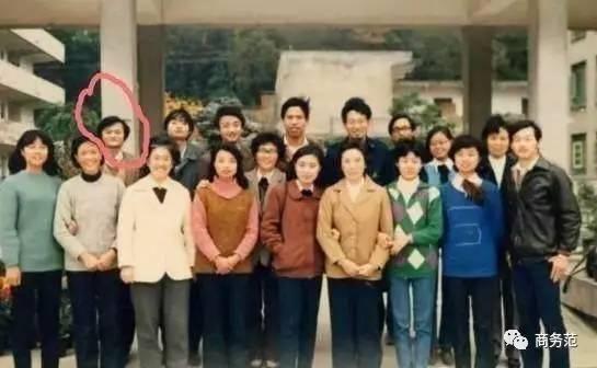 近网友8出来,马云上学时拍集体照的站位,总是靠边站.也许是渣