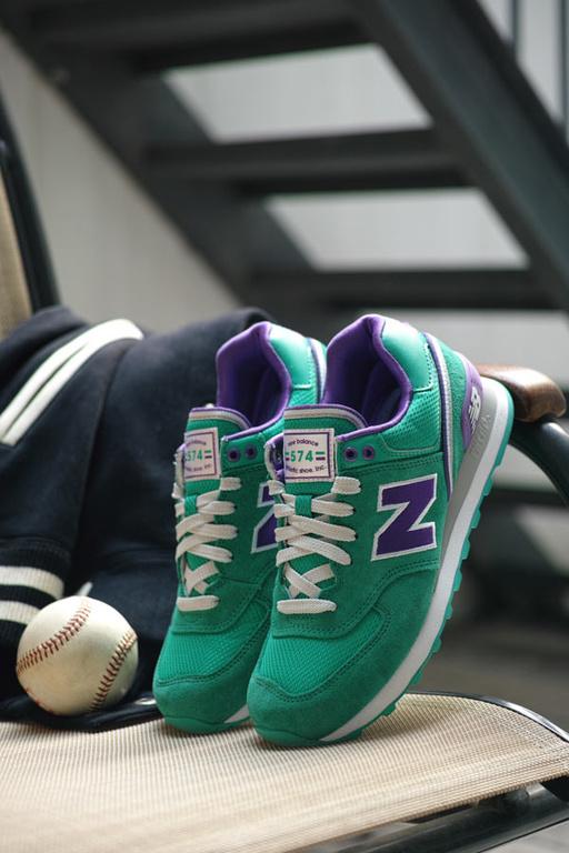 —棒球联盟系列复古鞋.这款鞋以经典的校园夹克为设计基础,映衬