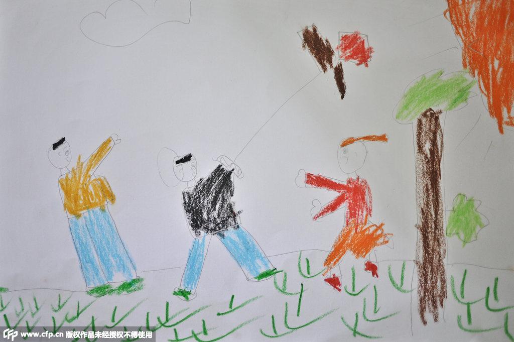 幅爸爸妈妈陪他放风筝的画,家人偷偷把图画拍下来,发给小义的妈图片