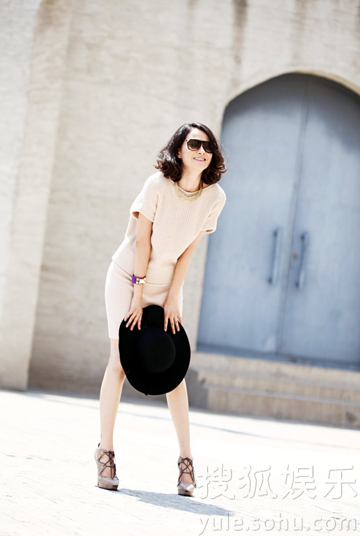 """曝光了一组时尚街拍,片中刘滢展现硬糖气质,演绎了都市女性的""""图片"""