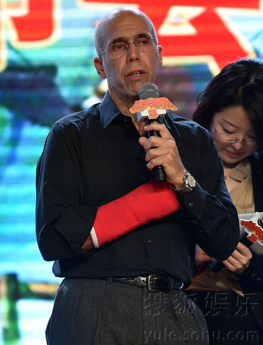 搜狐娱乐讯(上海站 马蓉玲/图文)11月6日,《功夫熊猫3》在上海举行音乐主题发布会, 梦工场动画ceo杰弗瑞-卡森伯格(jeffrey katzenberg)现场宣布,周杰伦继配音片中金猴角色后,将携16岁爱徒派伟俊为《功夫熊猫3》创作并演唱主题曲.