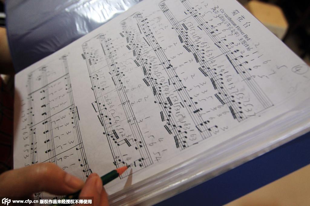 看望母亲歌谱-妈妈就是我的眼 失明儿子学钢琴三年考过十级