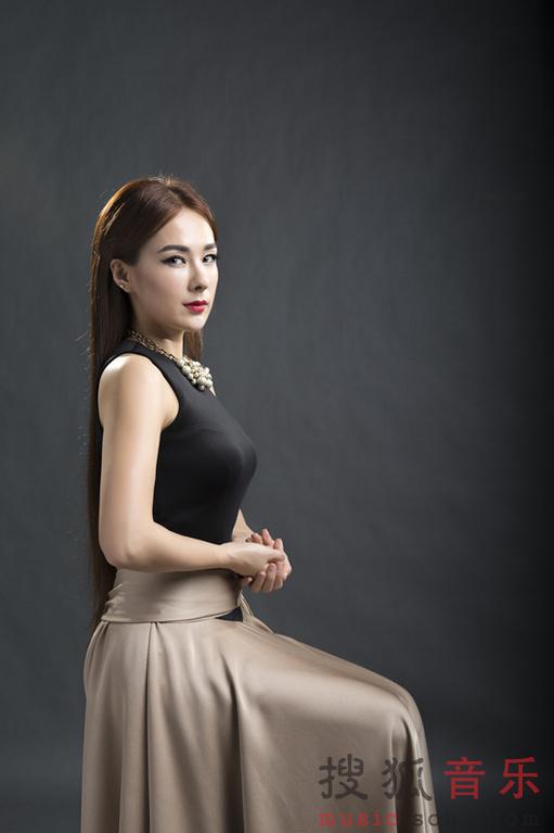 网友感受到了她冷艳高贵的气场. 写真中,蔡妍身穿大气礼服,精致图片
