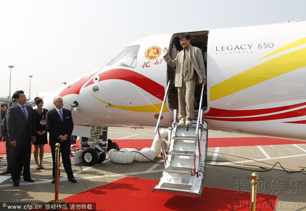 备受关注的成龙私人飞机均已抵达投入上海公务机展,该飞机为巴西航空工业公司生产,型号为Legacy650(莱格赛650),价值2亿人民币,该飞机舱口有醒目的黄色中英文合璧的龙字及红色英文JC JET字样,机尾也有黄色中英文合璧的龙字,飞机全身有两条貌似龙的图案盘绕。这是巴西航空工业公司第一次向亚洲国家客户出售该机型,该公司已邀请成龙作为其品牌形象大使,26日,成龙还亲自出席本次航展,而上机参观需拖鞋要求严格。