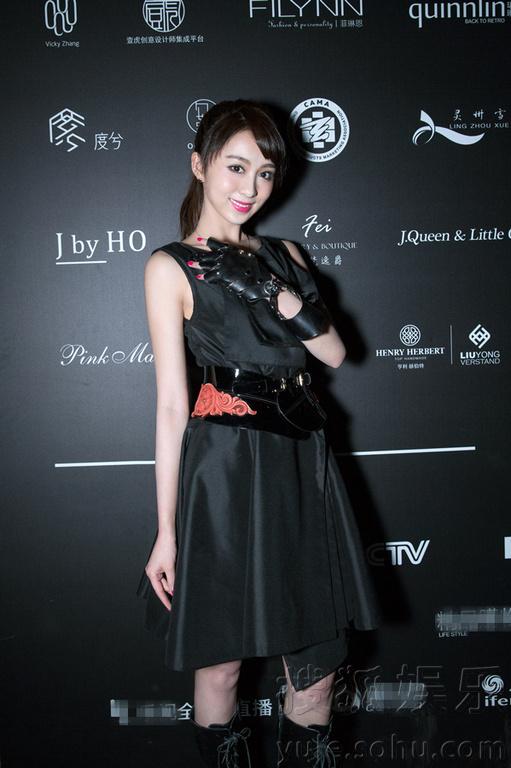 宋欣佳怡以一身胡社光原创黑色小礼服现身秀场,造型灵动变身朋克图片