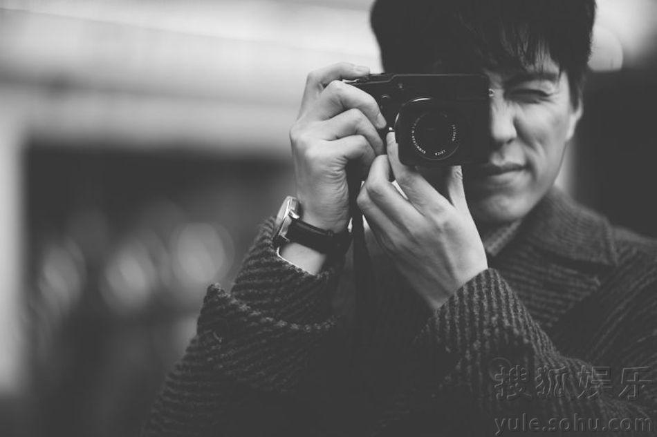月17日,著名演员靳东亮相第44届巴塞尔世界钟表珠宝博览会(以下