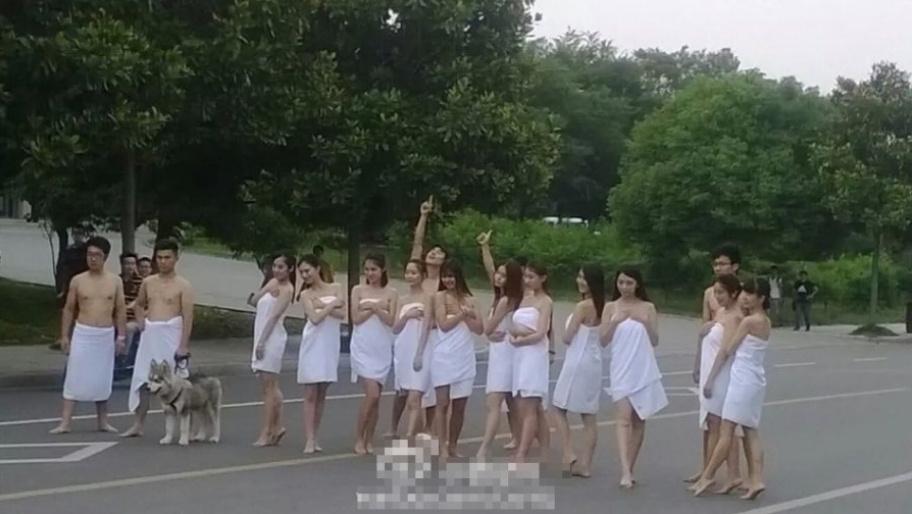 近日,中国矿业大学校园内学生裹浴巾拍摄毕业照的照片在朋友圈流