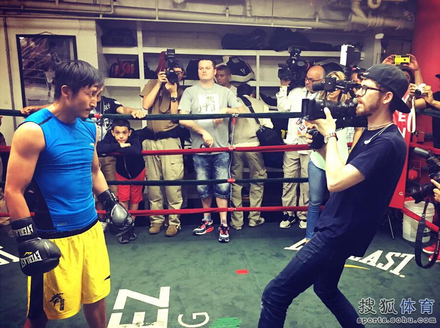 拳王邹市明正在美国努力备战6月11日的比赛,邹市明公司举办了媒图片