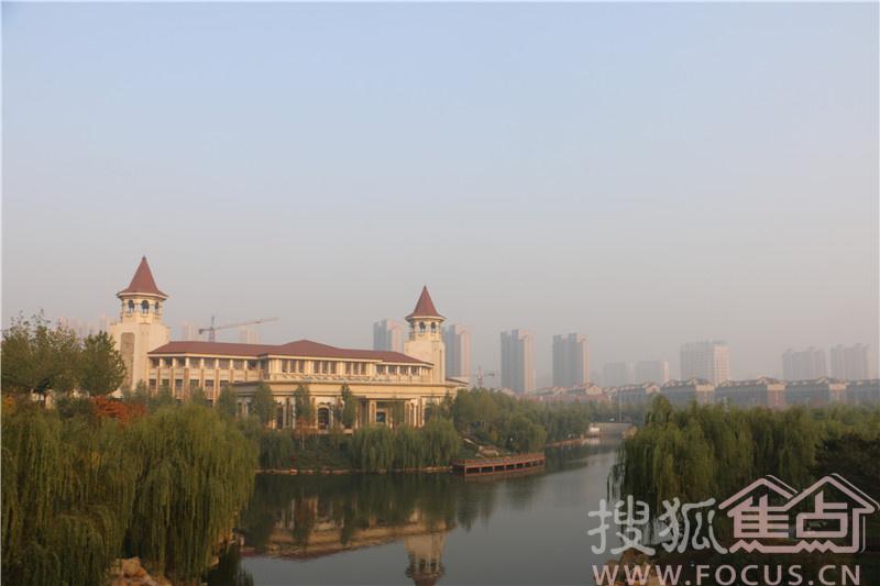 月18日近百名北京网友组成的搜狐焦点看房团乘坐大巴来到秦皇岛,