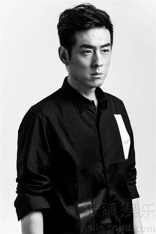 娱乐讯 近日,演员刘欢曝光一组黑白时尚写真,照片中刘欢身着剪