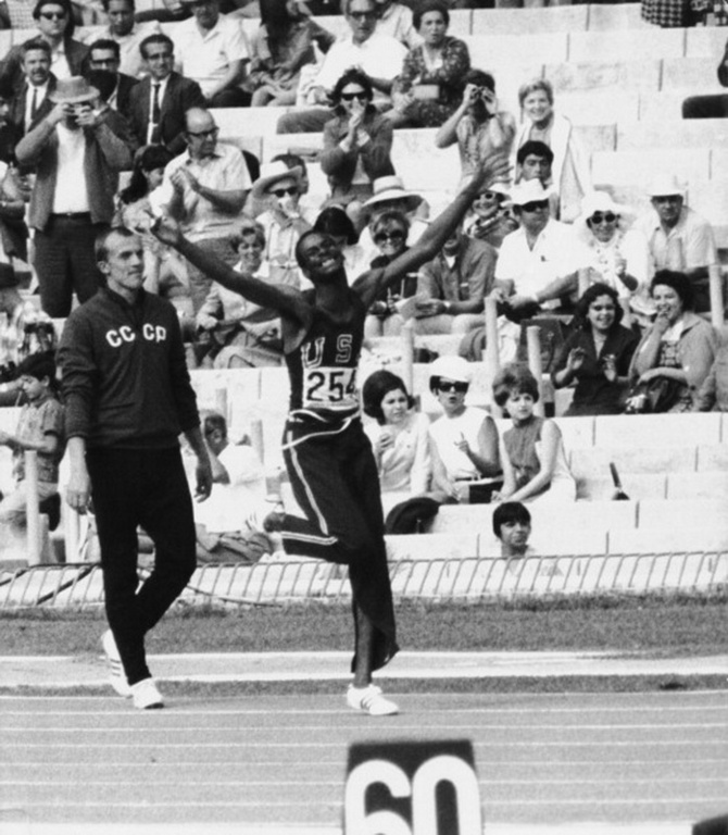 老照片 进入21世纪的一跳 1968年奥运英雄 比蒙