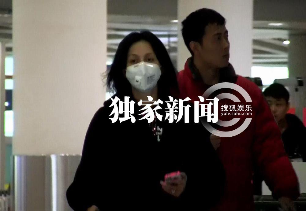 刘嘉玲素颜无女王范儿 口罩黑超躲记者图片