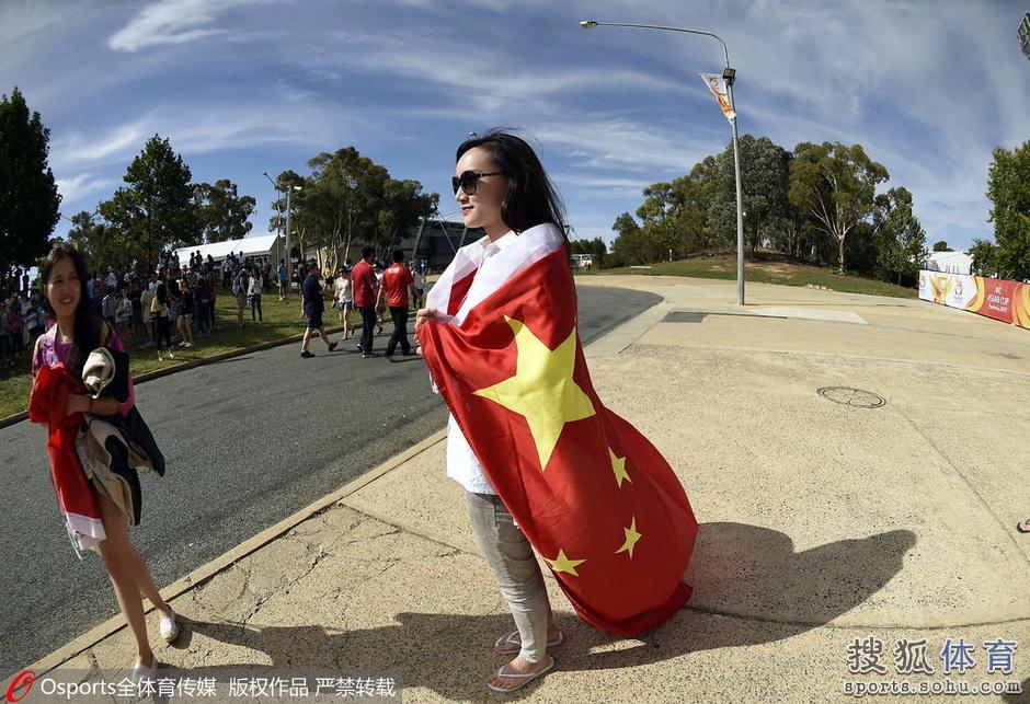 18日亚洲杯美女汇总:中国红最美 性感熟女抢镜
