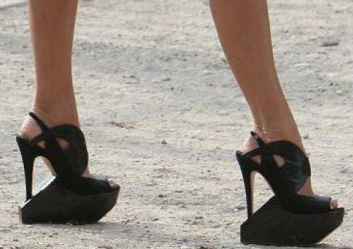 它们可以让女人变得高挑,但也穿高跟鞋所带来的痛苦,也不是男士们所能