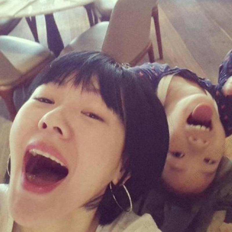 4月29日早上,小S在微博晒出三个女儿的生活照,母女深情,画面温馨,幸福四溢,与大S此刻的幸福遥相呼应。