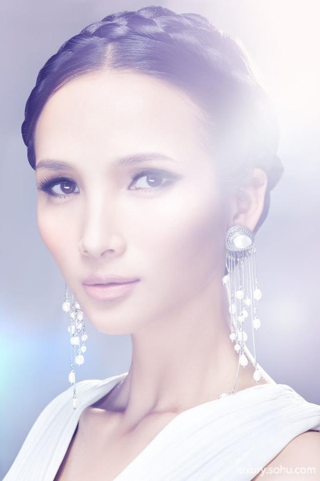 作为全新钻动潮流营销项目的组成部分,力拓近日在上海展示了一系列独特的钻石首饰。力拓钻石与Aya Kamimura、刘斐、钟华、童文威、黄超燕等五位世界级设计师共同合作专为中国市场创作的钻饰,进一步体现其在中国开拓时尚钻饰市场的下一阶段战略决策。   根据近日在中国开展的广泛消费者调研以及与设计师、生产商和行业专家之间富有创造力的合作,力拓钻石确定了四个重要的潮流趋势来设计时尚钻饰:迷醉自然,象征主义,浪漫情怀及玩转图形。设计师采用小巧和价格合理的力拓阿盖尔钻石来设计时尚钻饰系列,生动地诠释了四大流行