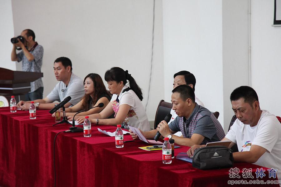 高清图:四川业余篮球教练培训班 基层老师听课