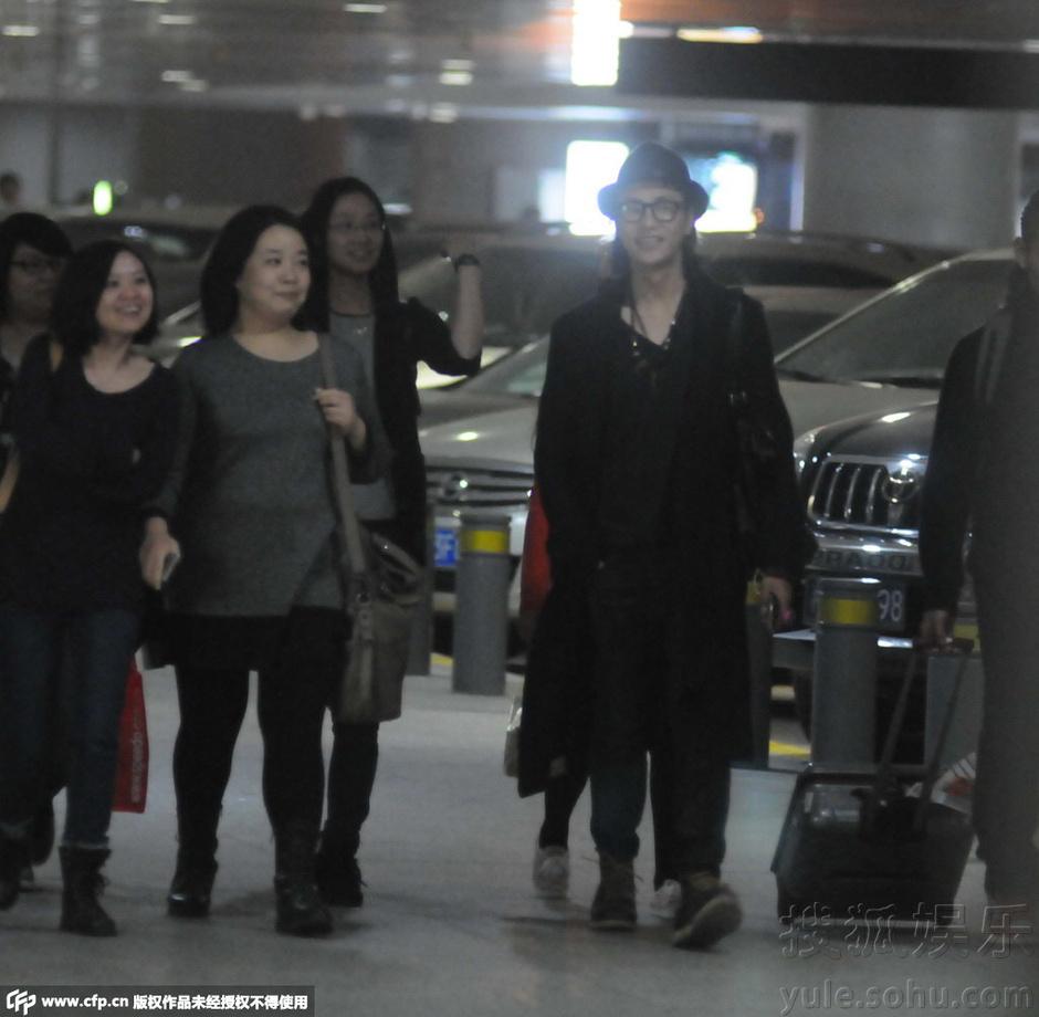 搜狐娱乐讯 早前,陈坤出现在上海虹桥机场,当天一身黑色潮装的陈坤在粉丝的簇拥下走出机场,一路上陈坤和粉丝们有说有笑看上去心情相当好,临走前粉丝为其送上礼物,陈坤笑纳之后一步三回头相当贴心的让粉丝早点回家休息。
