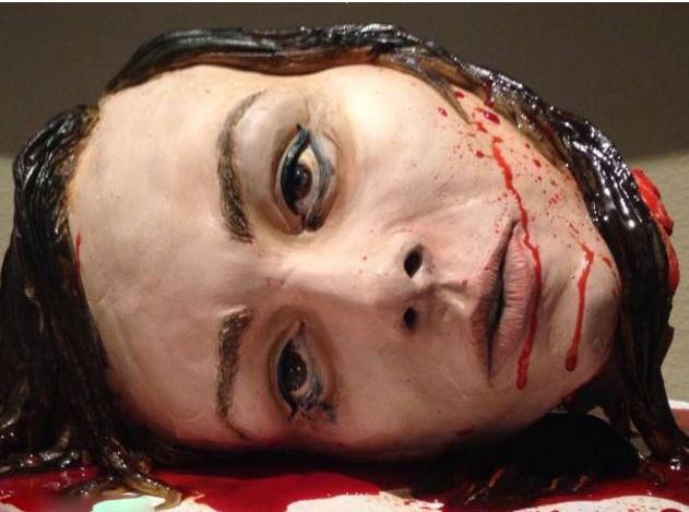 恐怖电影主题婚礼 美女子制作惊悚头颅蛋糕