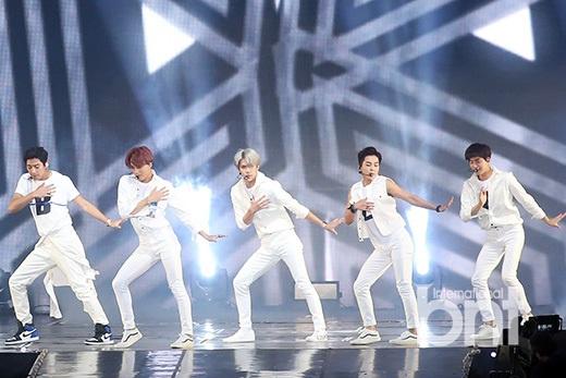 exo首尔巨蛋开唱 大展帅气可爱多重魅力