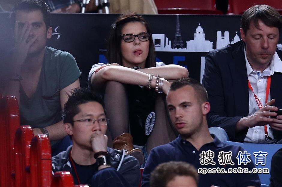 高清:美女球迷观看世乒赛 穿丝袜抬腿不惧走光