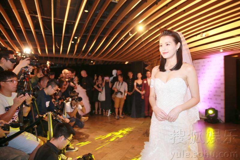 胡杏儿开新店穿婚纱宣传 被闺蜜曝离结婚不远