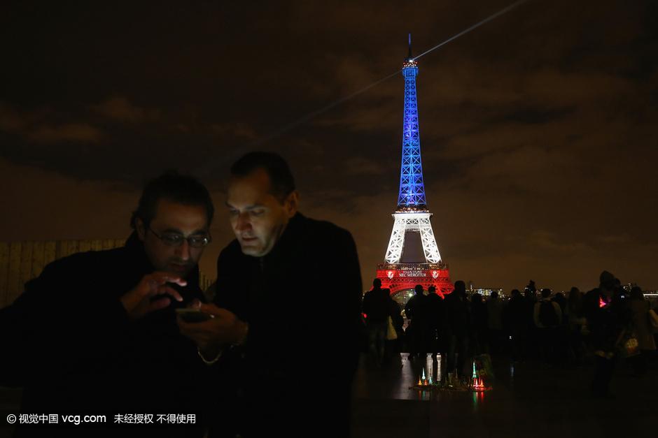 巴黎不害怕!埃菲尔铁塔点亮红白蓝三色灯