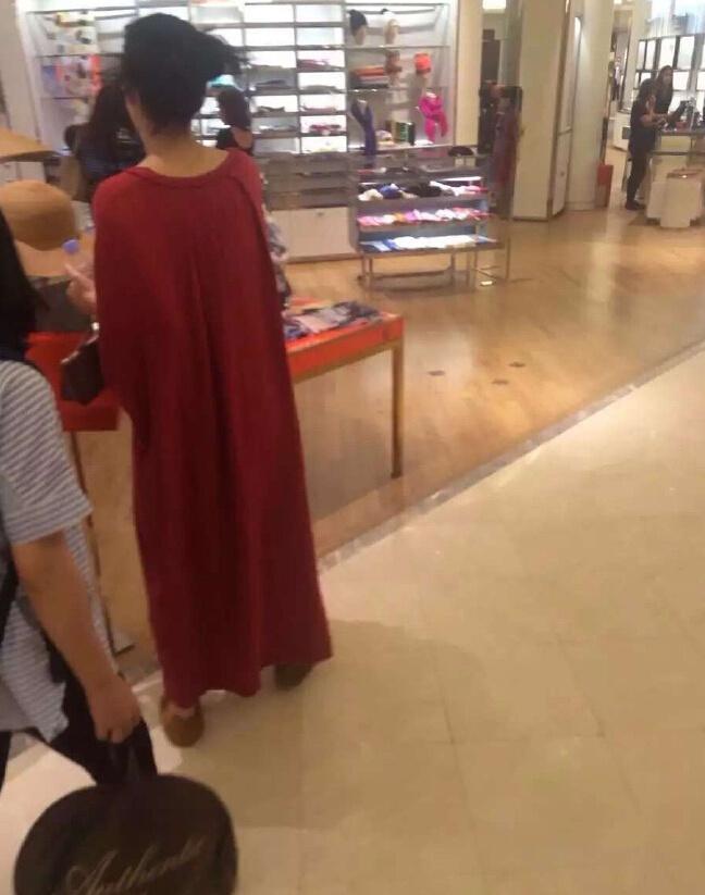 角度问题?王菲巴黎购物 穿宽松长袍肚子凸起