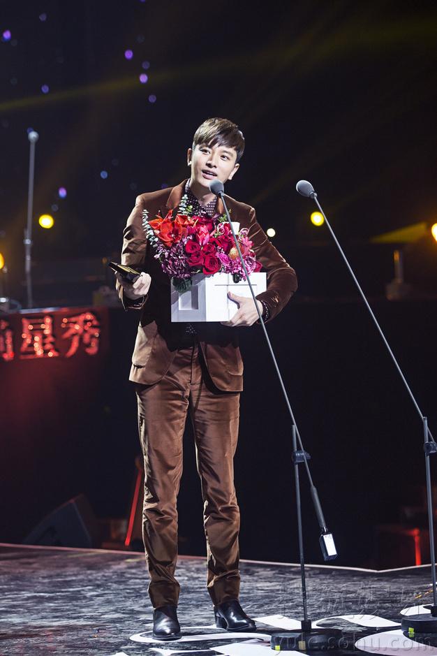 贾乃亮获年度人气大奖 冰火团重聚引粉丝尖叫