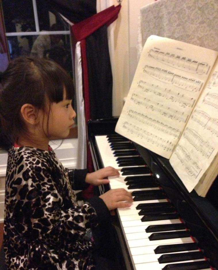 """女儿弹钢琴的照片,并向田亮通报女儿学习进程,爱昵的称女儿""""小艺术家"""""""