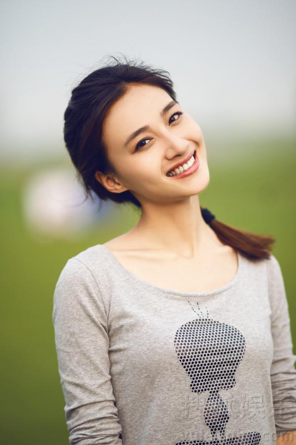 素颜写真,照片中冯文娟身着休闲服装头扎马尾露爽朗
