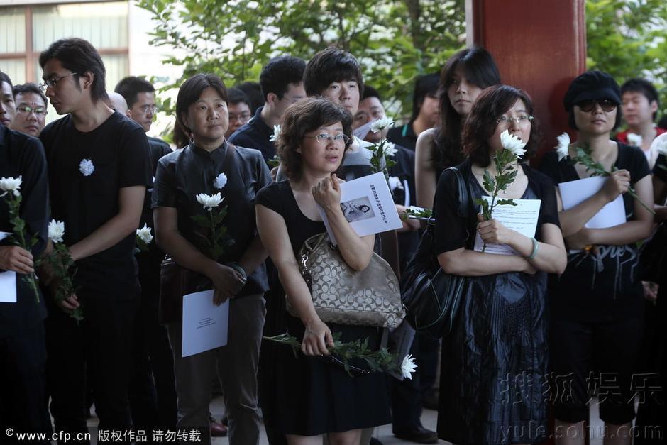 2013年07月05日讯,北京,7月5日,央视主持人王欢的遗体告别仪式在八宝山举行。她的亲友、生前的同事前来为她送行。撒贝宁前女友涂经纬素颜送哀思,现场失声痛哭。 7月4日,中央电视台电影频道《节目预告》编导、主持人,《下周电影》主持人王欢去世。