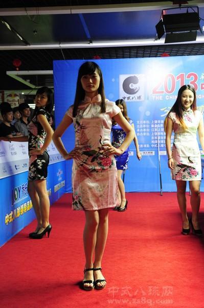 高清:旗袍美女现身中八赛场
