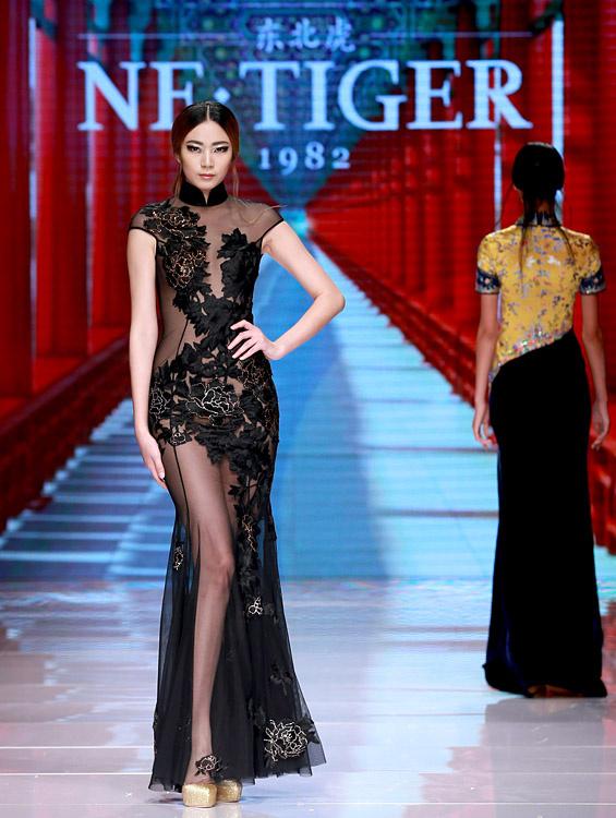 """10月25日,模特在开幕秀上展示ne·tiger东北虎""""清·旗袍""""时装."""