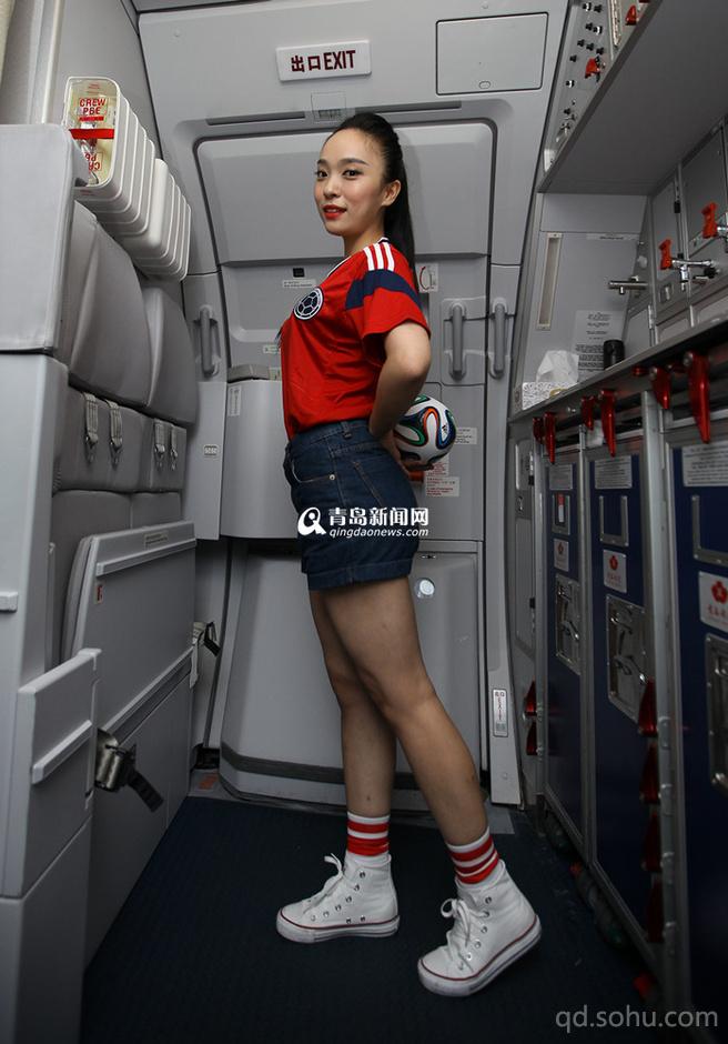 青航空姐变身足球宝贝 热裤秀美腿很撩人(组图)