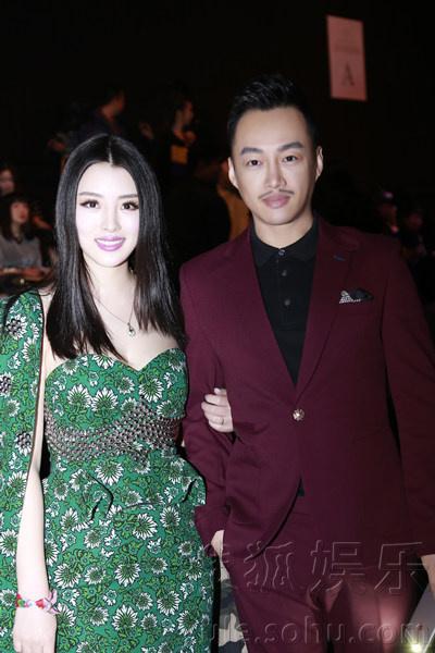马宁帅气亮相中国时装周 紫色西装抢眼夺目