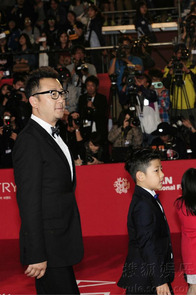 星爸萌娃红毯牵手 爸爸 抢镜釜山电影节 组图图片