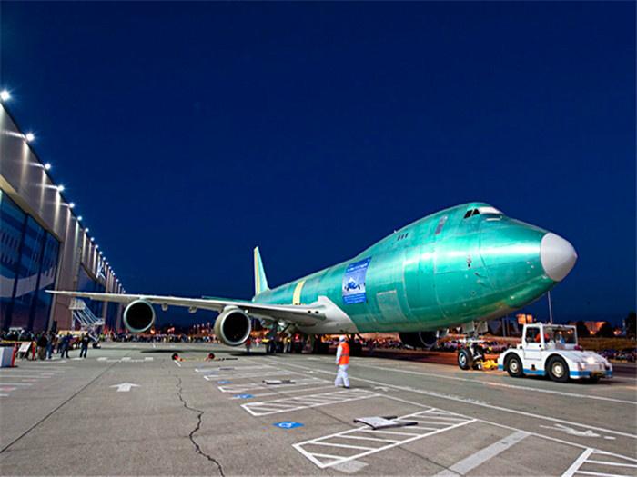 """当这架售价为3.7亿美元的飞机裸身出现在停机坪时,很难想象,这是一架奢华的私人飞机。没错,波音公司提供的只是一架货真价实的会飞的裸机,购买者要与包括宝马的美国设计团队工作室(DesignworksUSA)或意大利知名设计顾问公司""""吉加罗设计""""(Giugiaro Design)等著名设计公司,商谈敲定飞机的内部和外部设计之后再进行安装。美国空军就计划在2015-2019年花费16."""