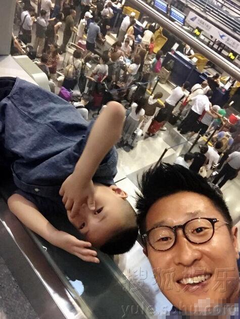 林永健一家飞机延误滞留机场 父子玩起可爱自拍